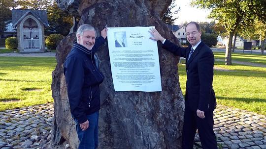 OrtsvorsteherFranz-Josef Hammelstein und Markus D. Werner von der Firma Junker zeigen schon einmal, wo die Gedenktafel für Otto Junker ihren Platz findet. Foto: Karl-Heinz Hoffmann