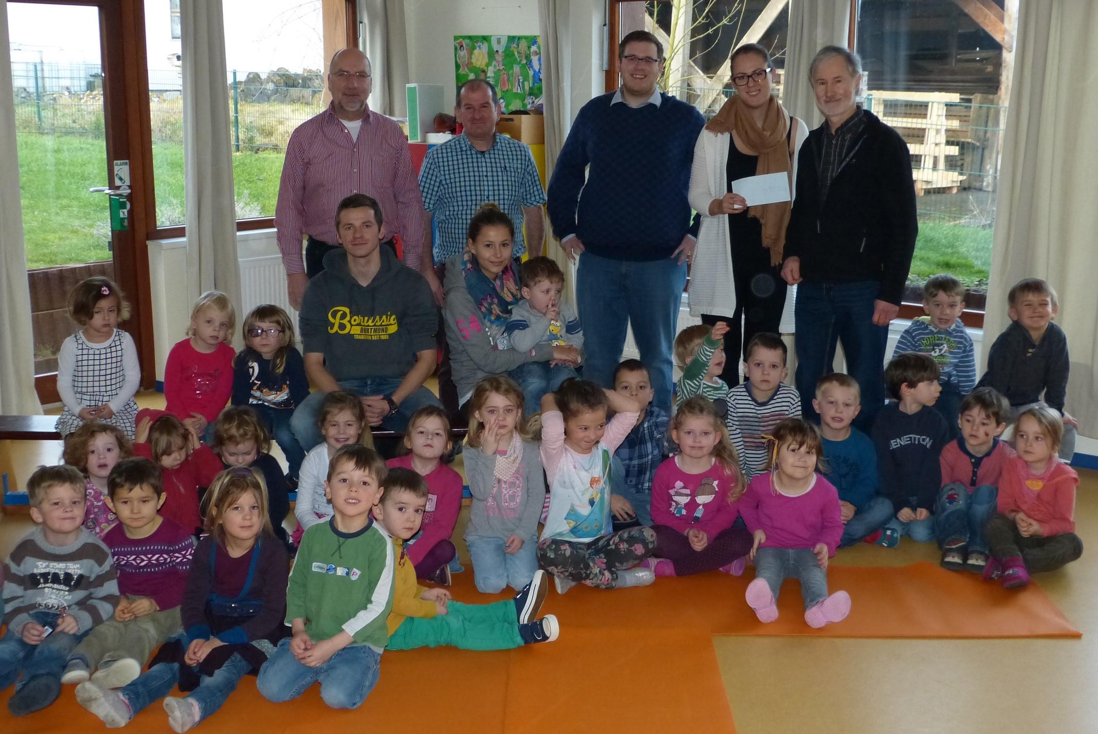 Kath. Familienzentrum St. Johannes d.T. Lammersdorf (Foto: Karl-Heinz Hoffmann), v.l. hinten: Manfred Sawallich, Peter Falter, Christoph Vormstein, Franz-Josef Hammelstein (alle SPD Lammersdorf), Fr. Schniedermeier (Kath. Familienzentrum)