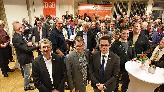 Neujahrsempfang beim DGB mit Geschäftsführer Ralf Woelk (vorne Mitte) und den beiden Hauptrednern Achim Schyns (v.l.) und Martin Peters (v.r.). Foto: Andreas Herrmann