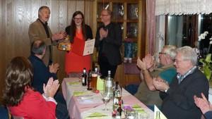Auf dem Mitgliederabend der Simmerather SPD wurde Franz-Josef Hammelstein (l.) für 25-jährige Mitgliedschaft geehrt. Vorsitzende Alina Offermann (Mitte) und Gregor Harzheim (r.) gratulierten. Foto: Hoffmann