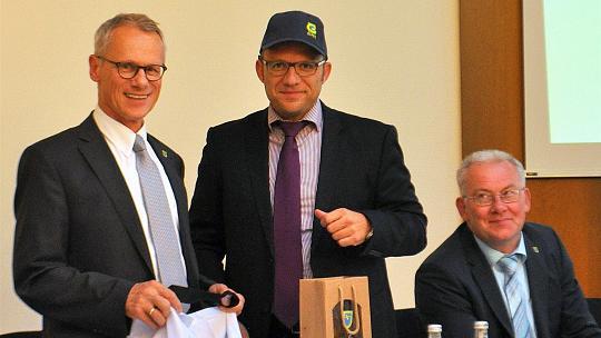 Abschied aus der Eifel: Roger Nießen wurde bei der Verabschiedung als Beigeordneter in Simmerath von Bürgermeister Karl-Heinz Hermanns mit allerhand Eifelausstattung bedacht. Foto: H. Schepp