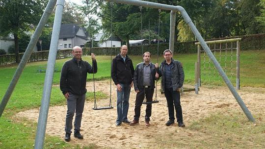 Gemeinsam wollen sie sich jetzt für den Erhalt des Spielplatzes am Dorfplatz Steckenborn einsetzen: Ortsvorsteher Ralph Löhr und der Vorstand des Ortskartells mit Andre Koll, Frank Lutterbach und Christof Hilger (v. li.). Foto: P. Stollenwerk