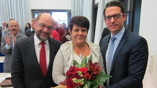 Gratulierten Claudia Moll zu ihrer Nominierung und sicherten ihr die volle Unterstützung im Bundestagswahlkampf zu: Martin Schulz (links), Präsident des EU-Parlaments und am Samstag Delegierter des Ortsvereins Würselen-Mitte für die Kreiswahlkonferenz, und Martin Peters, SPD-Chef im Unternezirk Städteregion. Foto: Jutta Geese