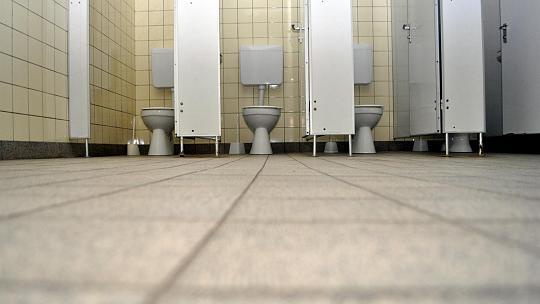 Immer wieder mal punktuell verbessert und doch immer noch mit dem Charme der 70er-Jahre: Die Sanitäranlagen an den Grundschulen der Stadt Monschau können das Förderprogramm gut gebrauchen. Foto: H. Schepp
