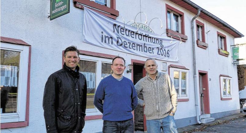 """Tibor Kratofil (Mitte)zeichnet ab Dezember im Landgasthof """"Haus am Nationalpark"""" für Ausschank und Speisen verantwortlich. Dass die Gastronomie in Rollesbroich wieder belebt wird, freut auch Ortsvorsteher Marc Topp(l.) und Burkhard Hoffacker."""