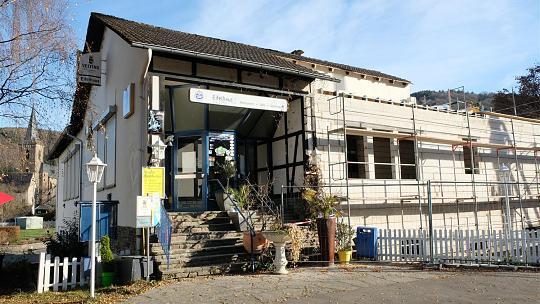 Während in Rollesbroich noch diskutiert wird, hat die Erweiterung des Feuerwehrgerätehaus in Einruhr am Eifelhaus bereits gute Fortschritte gemacht. Im Juni 2017 soll der Anbau fertig sein. Foto: P. Stollenwerk