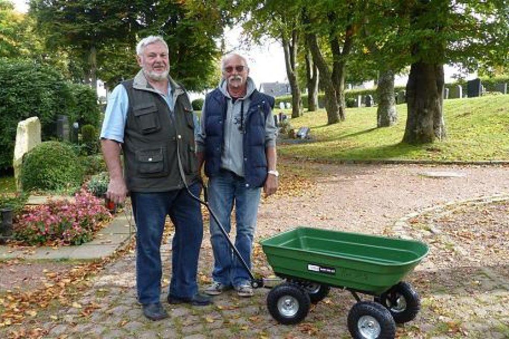 Neuer Handwagen steht auf Friedhof bereit